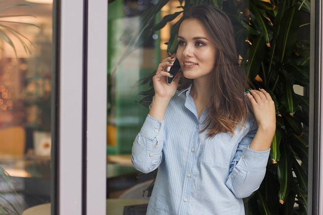 telefonování brunety