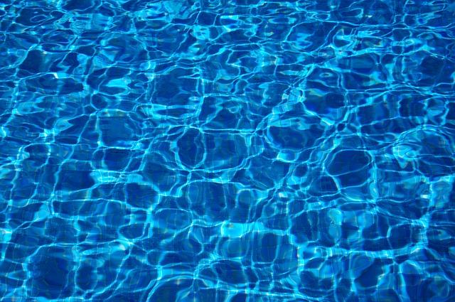 Průzračná voda v bazénu.jpg